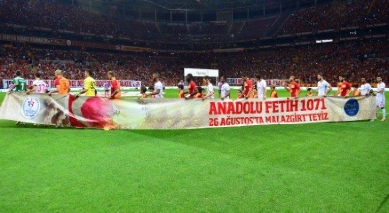 Galatasaray ısınmaya, özel pankartla çıktı