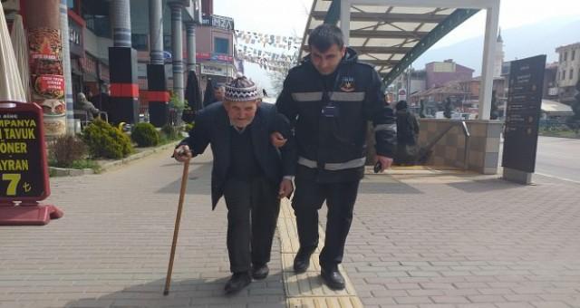 Güvenlik görevlisi yaptığı örnek hareketle alkış aldı