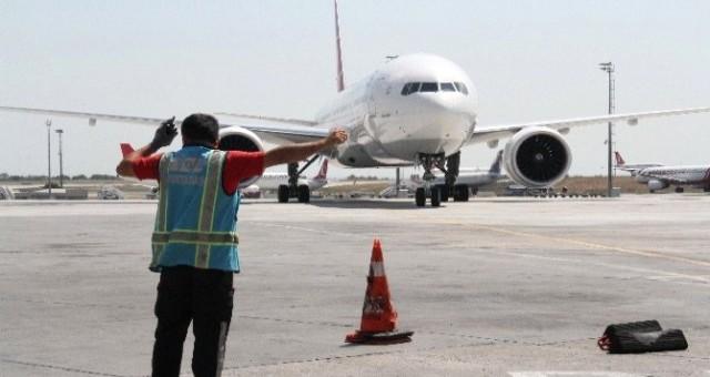 Havalimanı'nda görev yapan  çalışanlarının olumsuz çalışma koşulları devam ediyor.