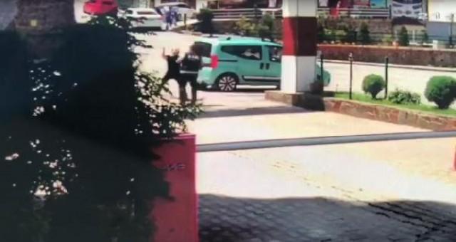 Sitenin özel güvenlik görevlisine yumruklu saldırı kamerada